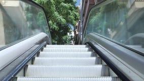 4 k chodzi w górę Barcelona ulicznego eskalatoru przy typowym okręgiem miasto, przy pogodnym jasnym dniem światło pełno zbiory