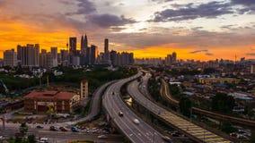 4K Cinematic die links aan juist Time Lapse Lengte van Kuala Lumpur-stadshorizon filteren tijdens kleurrijke zonsondergang stock footage