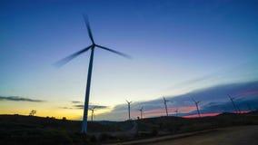 4k clip vidéo - vent turbo de laps de temps fonctionnant sur le coucher du soleil de paysages pendant l'été banque de vidéos