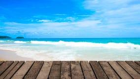 4K clips vidéo, modèle en bois de terrasse sur le fond de mer de plage terre 2019 à Phuket, Thaïlande banque de vidéos