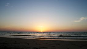 4K clips vid?o, coucher du soleil en mer terre 2019 ? Phuket, Tha?lande banque de vidéos