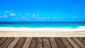 4K clips vid?o, le fond avant de mer de plage de paysage marin de la terrasse en bois la plus belle pendant l'?t? banque de vidéos
