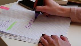 4k close-up Een onderneemster schrijft een krantekop voor haar businessplan met een teller De handen van mooie vrouwen schrijven  stock footage