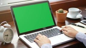 4K close-upvrouw die met laptop computer werken, die vinger met toetsenbord en touchpad of trackpad voor dia gebruiken stock footage