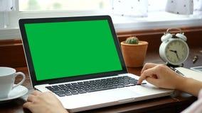 4K close-upvrouw die thuis met notitieboekjelaptop werken, die vinger met toetsenbord en touchpad voor dia gebruiken Computerlapt stock videobeelden