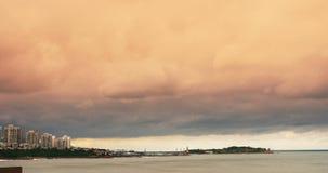 4k cloudscape&building σπίτι σύννεφων ακτών παραλιών πόλεων παράκτιο, ωκεάνιο θαλάσσιο νερό απόθεμα βίντεο