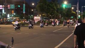 4k, coches del tráfico y motos conduciendo en el camino en la ciudad de Taipei de la noche almacen de metraje de vídeo