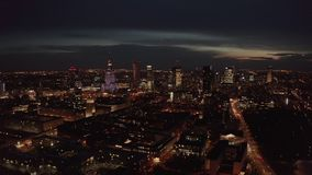 4K Colpo aereo dell'orizzonte della metropoli della citt? di Varsavia alla notte Vista aerea spettacolare delle costruzioni della video d archivio
