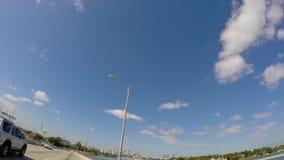 4k conduisant avec des nuages dans le ciel banque de vidéos