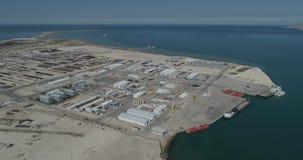 4K containerschepen - vast in de haven van Bautino Kazachstan op de kusten van het Kaspische Overzees Het laden en het leegmaken stock video