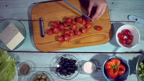 4k, cozinha saudável, tomate, pepino, azeitonas, queda, orgânica; bacia, salada filme