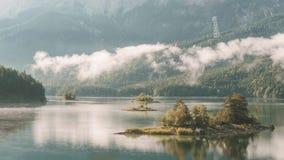4K czasu upływ jeziorny Eibsee w Bavaria Niemcy chmurnieje podczas wschodu słońca zbiory wideo