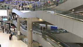 4K czasu upływ ludzie i turysta używał eskalator w lotnisku zdjęcie wideo