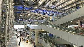 4K czasu upływ ludzie i turysta używał eskalator w nowożytnym lotnisku zbiory wideo