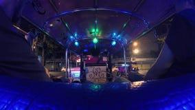 4K czasu upływ: Turyści Jedzie Tuk-Tuk jeżdżenie przy nocy ulicami Popularny trójkołowy Tradycyjny taxi transport wewnątrz zdjęcie wideo