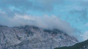 4K czasu upływ wysoka góra w Niemcy, Zugspitze otaczał chmurami zbiory wideo