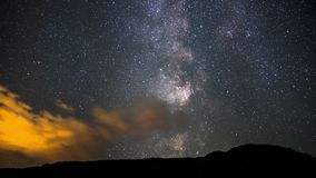 4K czasu upływu filmu wideo film Rusza się Timelapse Milky sposób nad nocnym niebem w Kanada, Alberta zdjęcie wideo