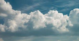 4k czasu upływu klamerka kilka cumulusu kołysania się chmury puszyste kędzierzawe warstwy w wietrznej pogodzie zbiory wideo
