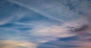 4k czasu upływu klamerka wieczór altostratus puszyste kędzierzawe toczne chmury w wietrznej pogodzie zdjęcie wideo