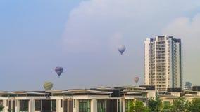 4k czasu upływu materiał filmowy gorące powietrze balony lata nad Putrajaya punktem zwrotnym podczas wschód słońca zdjęcie wideo