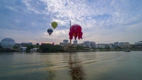 4k czasu upływu materiał filmowy gorące powietrze balony lata nad Putrajaya punktem zwrotnym podczas wschód słońca zbiory wideo