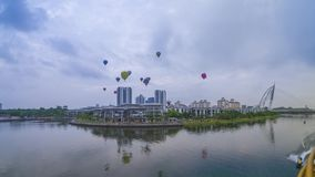 4k czasu upływu materiał filmowy gorące powietrze balony lata nad Putrajaya punktem zwrotnym podczas wschód słońca zbiory
