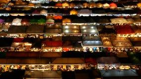 4K czasu upływu odgórny widok ruchliwie Azjatycki uliczny jedzenie przy kolejowym noc rynkiem w Tajlandia z kolorowym kramem, gła zbiory wideo