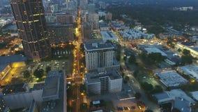 4k czasu upływu panoramy trutnia powietrzny lot nad ruchliwie miastową ulicą w Atlanta śródmieściu w zadziwiającym jaskrawym nocy zdjęcie wideo