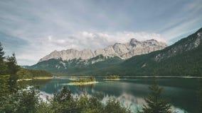 4K czasu upływ jeziorny Eibsee w Alps, Bavaria Niemcy Halny Zugspitze w tle zbiory