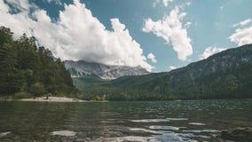 4K czasu upływ jeziorny Eibsee z widokiem nad Zugspitze w Bavaria, Garmisch, Niemcy zbiory
