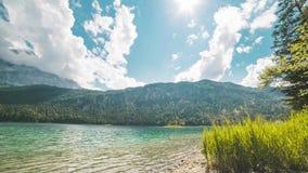 4K czasu upływ jeziorny Eibsee z widokiem nad Zugspitze w Bavaria, Garmisch, Niemcy zbiory wideo