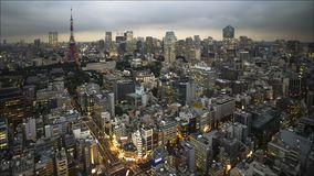 4K dag aan de mening van de nachttijdspanne van van de de stadstoren van Tokyo de Zonsondergang Heilige Grail stock videobeelden