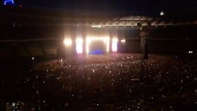4k dal video del fuoco delle luci variopinte luminose sulla scena di concerto rock Folla della gente che ascolta la musica sugli  archivi video