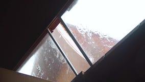 4K, das es schwer im Sommer und im Regen vom Fenster regnet stock video
