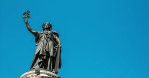 4K DCI Hyperlapse в Париже, Мир-статуе в Париже акции видеоматериалы