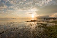 4K de beau lever de soleil au-dessus du timelapse d'océan Sakonnakorn thailand banque de vidéos