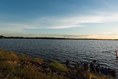 4K de beau lever de soleil au-dessus du timelapse d'océan Sakonnakorn thailand clips vidéos