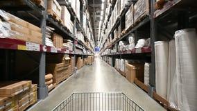 4k de bewegingen van de marktkar in reusachtig industrieel pakhuis