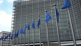 4K De Europese Unie markeert op een rij het golven in de wind, de Europese Commissie stock footage