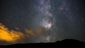 4K de film videofilm die van de tijdtijdspanne Timelapse van Melkweg over Nachthemel in Canada, Alberta bewegen stock videobeelden