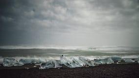 4K de film videofilm van de tijdtijdspanne van nacht bij Diamantstrand op van akaijsland van IJsland het Ijsstrand of Jokulsarlon stock videobeelden