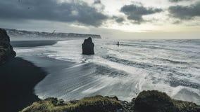 4K de film videofilm van de tijdtijdspanne van zonsopgang Luchtlengte van reynisfjara op zwart strand Reynisdrangar, Vik, IJsland stock footage