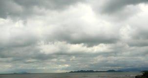 4k de fonkelende oceaanwolk van de de rotskust van zeewatergolven surface&coastal cloudscape stock videobeelden