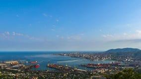 4k de Hoogste Mening van Timelapse van Novorossiysk-Cityscape dag witte wolken stock videobeelden