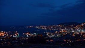4k de Hoogste Mening van Timelapse van Novorossiysk-Cityscape dag witte wolken Nacht komst stock video