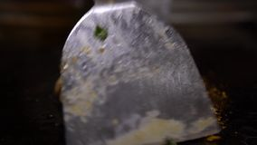 4K de keuken chiken De chef-kok Cook Ruw chiken Vleeslapje vlees op de Grill stock video