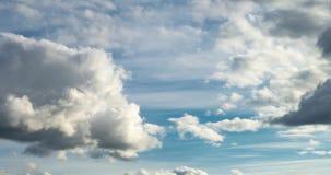 4k de klem van de tijdtijdspanne van verscheidene cumulus pluizige krullende het rollen wolkenlagen in winderig weer vóór regen stock videobeelden