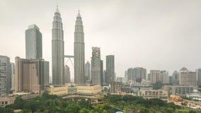 4k de lengte van de tijdtijdspanne van bewolkte wazige dag aan nachtzonsondergang in Kuala Lumpur City stock video