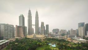 4k de lengte van de tijdtijdspanne van bewolkte wazige dag aan nachtzonsondergang in Kuala Lumpur City stock videobeelden