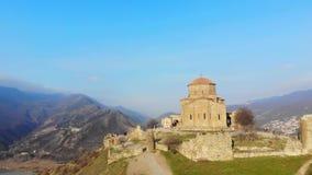 4K de luchtvideo van oud vestingwerk is op de grens van Georgia Mtskheta stock videobeelden